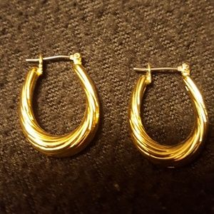 Jewelry - Swriling gold pierced earrings